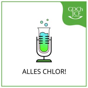 """Das """"Alles Chlor!""""-Logo ist einfach gehalten und besitzt als zentrales Element ein Reagenzglas, welches mit einem in einem Mikrofonständer sitzt. Die Flüssigkeit im Reagenzglas hat einen Farbübergang von hellblau nach grell grün. Das Glas hat einen leicht rosa Schimmer, als ob es gerade erhitzt wurde. Über der Öffnung des Glases befinden sich drei kleine unterschiedlich große Blasen. Eine hellblau, eine türkis und eine grell grün. Der Fuß der Halterung ist im charakteristischen JCF-grün. Oben Rechts in der Ecke befindet sich ebenfalls eine JCF-grün eingefärbte Blase in der in weiß das JCF GDCh-Logo eingebettet ist."""